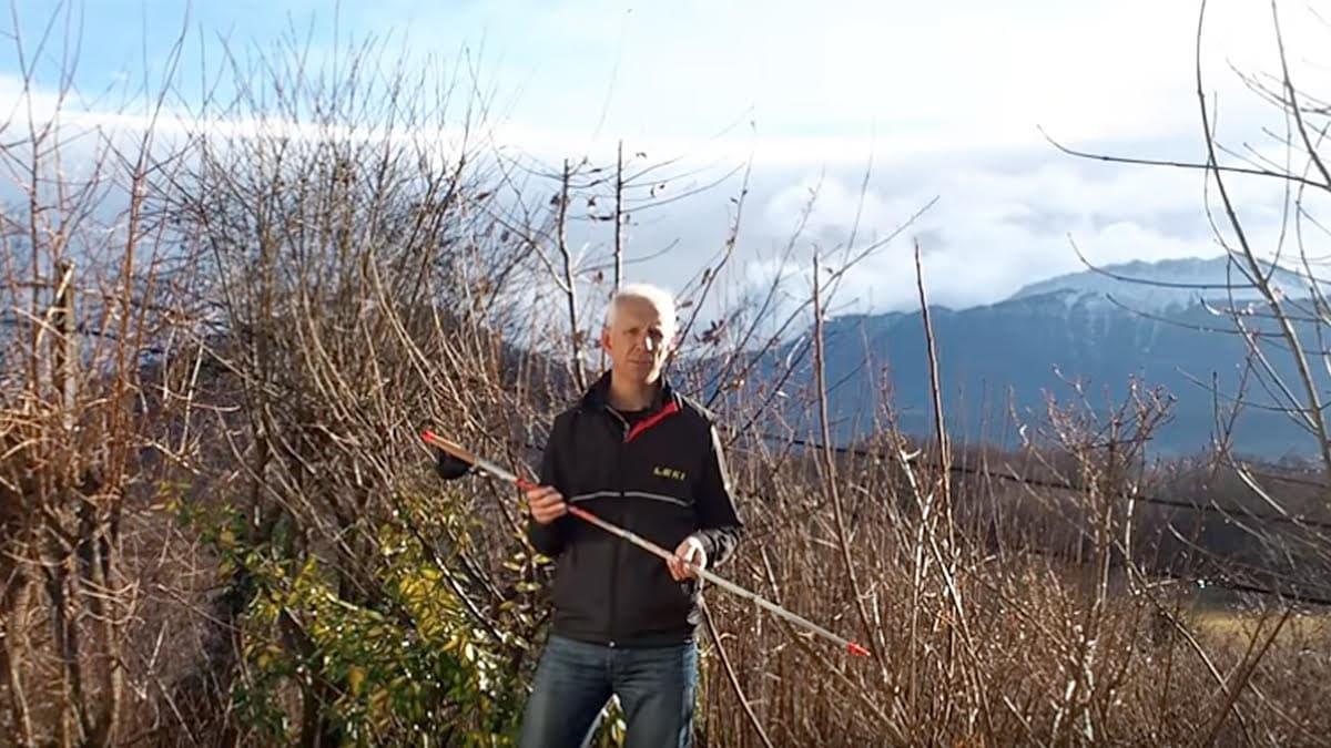 Jérôme Paris présentant un bâton, copie d'écran d'une vidéo You Tube