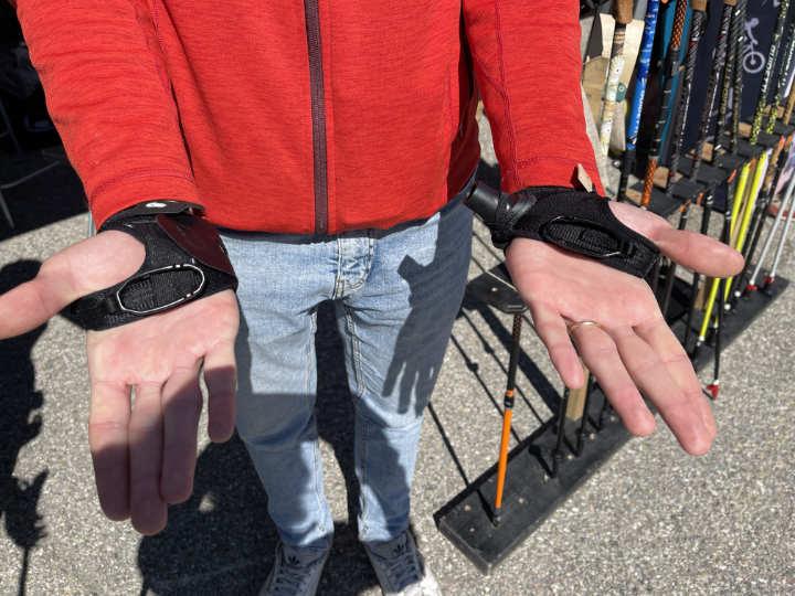 Ancien (main droite) et nouveau (main gauche) gantelet Guidetti