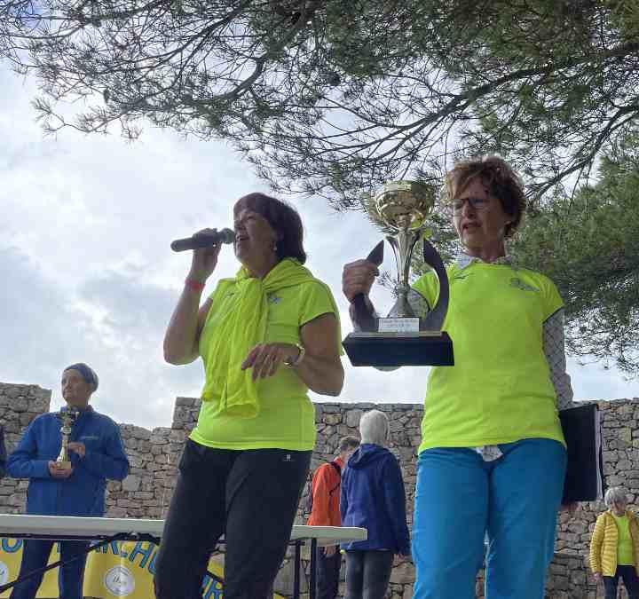 Cathy Fabre et Chantal Hugues avec le trophée du nombre de kilomètres parcourus